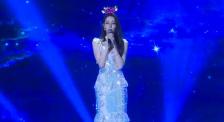 迪丽热巴生日会演唱《追光者》 甜美的嗓音令人难忘!