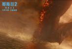 """由傳奇影業、華納兄弟影片公司、華樺文化聯合打造的好萊塢科幻災難動作巨制、""""怪獸宇宙""""系列電影第三部力作《哥斯拉2:怪獸之王》正在全國熱映中,累計票房已破5億。哥斯拉、基多拉、摩斯拉和拉頓領銜的怪獸""""全明星陣容""""成為了近期的最熱銀幕主角,今日影片發布""""怪獸宇宙""""版特輯,導演邁克爾·道赫蒂攜眾主演""""花式安利""""四大怪獸,并借電影畫面展現了怪獸宇宙的宏大與升級。"""