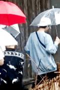 鹿晗錄制《向往》保溫杯不離手 與陳赫雨中同行