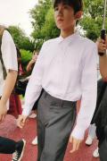 王源抽煙風波后首現身 參加文藝匯演運動鞋矚目