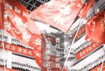 """6月10日,由邓超、俞白眉执导的现实题材电影《银河补习班》发布了一支教育主题预告,在这个高考刚刚结束的日子里,激发了许多家长和孩子的共鸣。面对不被老师看好的儿子马飞(孙浠伦饰),父亲马皓文(邓超饰)和教导主任阎主任(李建义饰)立下赌约,一场教育博弈拉开帷幕,父子两人的成长之路就此开启。同时曝光的还有一组文案海报,取材自真实高考画面,电影剧照融合其中相得益彰,关于""""高考后才明白的事"""",经历过的人格外感同身受。电影即将于7月26日全国公映,献给父亲,送给孩子。"""
