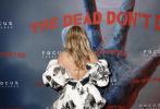 """當地時間2019年6月10日,吉姆·賈木許執導的新片《喪失未逝》舉行紐約首映禮。重回演藝事業的賽琳娜·戈麥斯身穿黑色羽毛短裙,大秀傲人上圍。凡妮莎·哈金斯合體""""鮮肉""""奧斯汀·巴特勒組靚男美女cp養眼吸睛,超模科洛·塞維尼穿印花短裙秀長腿美背。亞當·德賴弗、李·佩斯等也出席了首映禮。"""