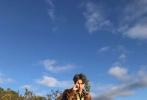 6月11日,张艺兴频繁在微博晒出一自拍为主题的照片,一张半夜健身的自拍照引起关注。照片中,张艺兴头戴帽子遮住了双眼,半裸出镜的他,大秀腹肌;紧抿嘴唇的他正在做拉力训练。