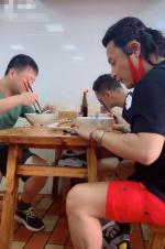 網友偶遇陳志朋吃路邊攤 紅口罩紅短褲分外搶眼