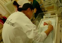姜潮麥迪娜一家三口合照首曝光 寶寶繼承優秀基因