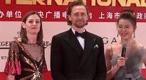"""上海国际电影节闭幕式 暖心的""""抖森""""在红毯上为粉丝们签名"""
