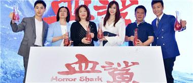 《血鲨》定档10月11日 周韦彤让方力申挺胸做男人