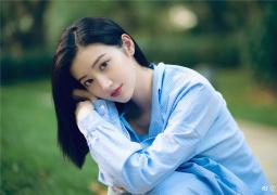 景甜迎七月夏季好清涼!穿藍色條紋襯衣笑容甜美