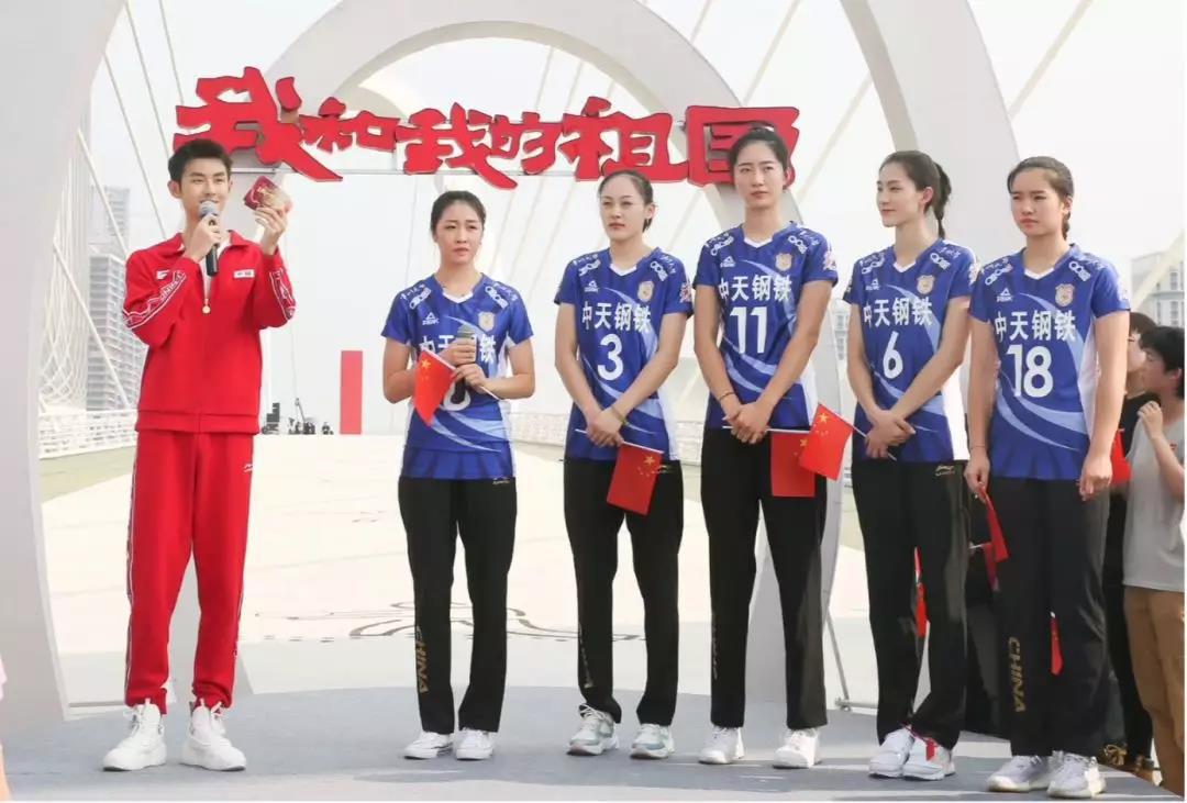 艺人体囹?a?i)?aj9?i_江苏女排队员与青年歌手陆宇鹏(左一)
