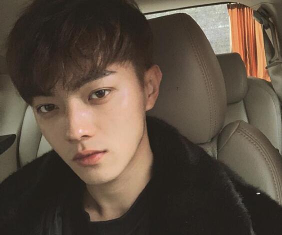 19日凌晨,演员许凯在微博秒删一文,表示自己受到了私生饭打扰.