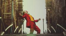 精彩!快来回顾《小丑》中经典动作阶梯热舞吧!