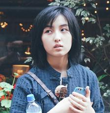 张子枫现身日本街头 化身日系美少女古灵精怪