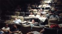 郑州一电影院开放影厅供上千人留宿 工作人员暖心提供热水