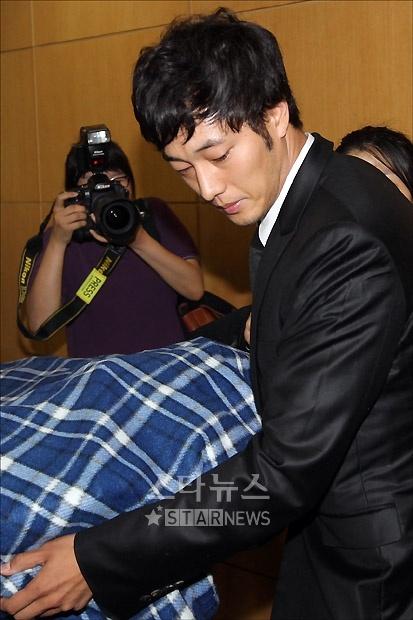 7月1日上午,苏志燮帮忙移动朴龙河遗体图片
