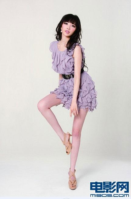杂志的葛思然,又变身摩登熟女,登上《上海服饰》最新一期的封面人物