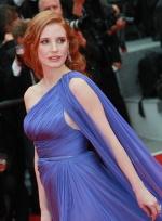 杰西卡·查斯坦单肩蓝裙亮相 全度妍衣着保守
