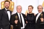 《美国狙击手》获最佳音效剪辑 主创与美队合影