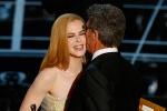 妮可·基德曼颁发最佳外语片奖 与导演贴面亲吻