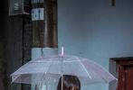 """由张猛执导,周冬雨特别出演、王锵领衔主演的胶片电影《阳台上》将于3月15日全国上映。影片的""""复仇版""""剧情预告近日发布,首次曝光电影的老城区拆迁、骗婚骗房等现实矛盾。影片讲述王锵饰演的男主张英雄,在父亲意外离世后,却对周冬雨扮演的""""仇人""""女儿陆珊珊产生了难言情愫,游走于复仇和情欲之间的故事。"""