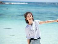 谢娜海边写真超阳光 跳伞前写家人名字给自己加油