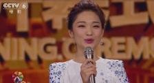 大气甜美! 电影频道主持人蓝羽青花长裙亮相北影节开幕式