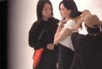 4月18日,有媒体曝光了唐嫣开工,现身摄影棚拍摄。画面中唐嫣身穿白色短袖连易迅,工作人员正在为她整理发型,唐嫣腹部巧妙的用黑色毯子遮住,看不出大小。