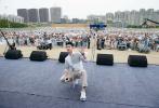 5月19日,杨洋现身西安玄武门广场,以清爽白衬衫造型出席活动。明快的黑白条纹与利落的线条,在清新中增添一丝硬朗,简单帅气。
