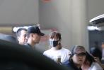 5月20日,徐静蕾、黄立行现身上海机场。二人都是随性休闲的穿搭,老徐身材似乎圆润了不少,黄立行男友力爆棚的一人推着行李默默跟在徐静蕾身后,低调秀恩爱。