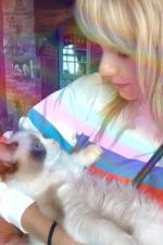 人不如猫!泰勒·斯威夫特怀抱布偶猫晒照侧颜温柔