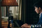 今日,井柏然与舒淇携手拍摄的《Vogue Film》2019年春夏刊封面大片曝光,两人也一同出演了时装影片《光的照耀,影子知道》,井柏然饰演内向敏感的作家,与舒淇饰演的美丽女明星在奇幻的心灵世界里浪漫邂逅。