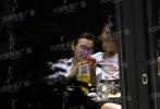 """6月18日,有媒体曝光陈好外出聚餐的照片。据报道,当天陈好带着两个女儿和友人在北京某高级饭店聚餐。陈好穿着浅色的条纹衬衫,梳着高马尾带着黑色框架眼镜素颜现身,低调的装扮和曾经的风情万种的""""万人迷""""大相径庭。"""