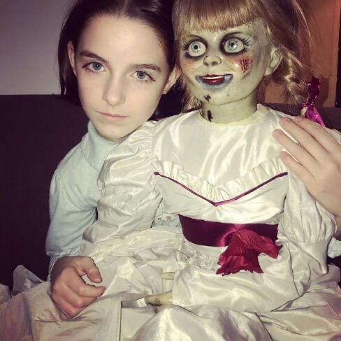 麦肯娜·格瑞丝晒照 《安娜贝尔3》鬼娃成合影对象