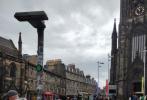 7月9日,有网友在英国爱丁堡街头偶遇了蜜月中的张若昀和唐艺昕,这已经是二人在英国度蜜月的第二周。