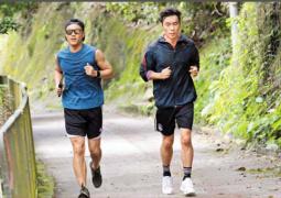 许志安出轨三个月后陪郑秀文跑步 对媒体笑脸相迎