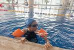 7月15日,火箭少女101成员杨超越通过微博晒出一组游泳的照片。照片中,杨超越身穿黑色绑带泳衣,大秀白皙光滑美背,头戴蓝色泳帽,游泳保护装置也相当齐全。