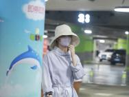 赵丽颖产后现身机场包裹严实 见镜头害羞婚戒抢眼