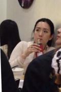 女神也爱它!网友巴黎偶遇巩俐吃米线 赞冻龄美颜