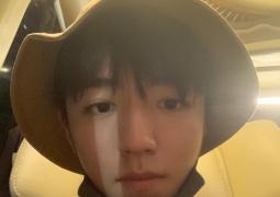 网友泰国偶遇王俊凯逛夜市 头戴渔夫帽日系男友风