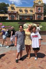 """""""小甜甜""""布蘭妮與兒子們同游迪士尼 曬溫馨合照"""
