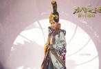 """8月6日,电影《龙牌之谜》发布""""龙镇九州""""版终极海报,来自中国的白魔法师成龙、成兰公主姚星彤、女巫马丽,以及来自西方的典狱长阿诺德·施瓦辛格、绘图师杰森·弗莱明、达德利小姐安娜·秋丽娜均严阵以待。背景中沉睡的龙王盘踞于墙壁之上,唤醒龙王、拯救民众的巅峰之战一触即发。"""