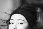 """巩俐再次登上杂志《嘉人marie claire》金九封面,53岁的巩皇状态和身材满分,运动风造型实力演绎了坚毅女排精神。不少粉丝直呼:""""巩皇太飒!""""""""拍封面跟拍电影一样认真。""""巩俐将在电影《中国女排》中饰演郎平,此次运动主题大片也呼应了她的新角色。"""