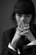 蔡徐坤丸子头造型登封 西装搭加绒帽演绎新风向