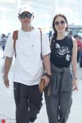 卢靖姗无名指戴婚戒 与韩庚牵手现身机场并肩灿笑