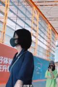 王菲休閑裝與李嫣現身機場 網癮少女大玩下衣失蹤