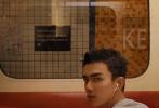 近日,吴磊为《红秀》八月刊拍摄的时尚封面大片曝光。以地铁站台与车厢为背景的画面中,吴磊一身休闲装束,或是斜靠座椅,或是倚窗回眸,在日常场景中呈现出不俗的时尚表现力。