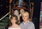 """8月20日,在《哈利·波特》系列中饰演""""赫敏""""的演员艾玛·沃特森和饰演""""马尔福""""的汤姆·费尔顿近日重聚。汤姆通过社交网站晒出了教艾玛弹吉他的照片。照片中,艾玛·沃特森穿粉色条纹套装打扮休闲,一旁的汤姆·费尔顿手把手亲自教学,二人感情看上去十分好。汤姆还称赞艾玛学得很快。"""