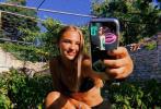 """近日,贝克汉姆16岁的二公子罗密欧·贝克汉姆在个人社交账号给""""女友""""比心,公开发糖。然而,表白对象并不是3月份才曝出恋情的《怪奇物语》中的""""小11""""的饰演者米莉·博比·布朗。"""
