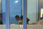 8月20日,赵丽颖从日本回国,有网友拍到冯绍峰现身机场接机。当晚,冯绍峰一身黑色LOOK,头戴棒球帽现身。赵丽颖头戴黑色渔夫帽,衣着休闲,低调现身。随后,二人牵手走出机场,很是恩爱。此前,二人被传婚姻出现危机,此番甜蜜接机力破谣言。