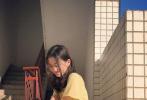 8月20日,王菲和李亚鹏的女儿李嫣通过社交账号晒出新的日常美照。照片中,李嫣身穿牛油果绿风衣搭配方形坠饰,还涂抹了指甲油,长发披肩半遮面,做出慵懒肆意的效果,脸上略施粉黛,更显精致,就像是拍摄画报一样,星味十足。