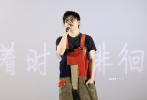 """8月22日下午,全球首部以""""一带一路""""为主题的电影《共同命运》在北京举行首映。影片以一辆长途卡车为索引,沿着""""古丝绸之路""""前行,在不同的风土人情里,切换""""一带一路""""沿线国家不同人物的动人故事,用镜头记录他们的工作、生活和梦想,让观众一边了解""""一带一路""""倡议带给世界的改变,也同时感受属于中国的别样魅力。"""